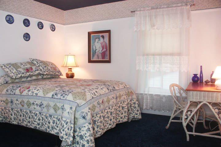 Lark and Laurel House - Blue Room