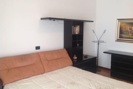 Camere in Villetta con giardino - Bareggio - Ev