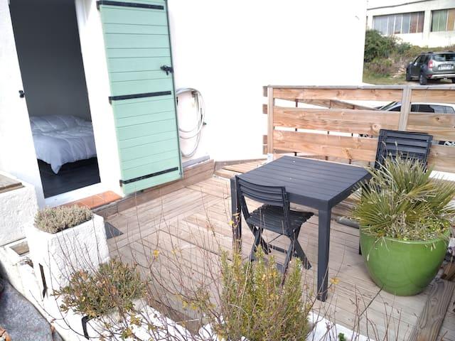 Studio indépendant dans villa. Calme, terrasse.