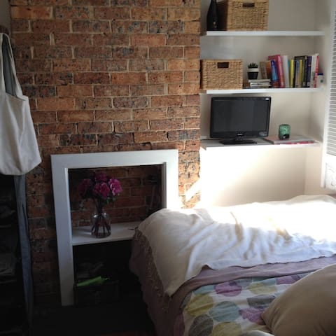 Lovely cosy room in a recently renovated house! - Redfern - House