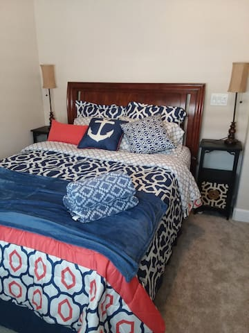 Queen bed w/digital room lock/TV, full furnishings