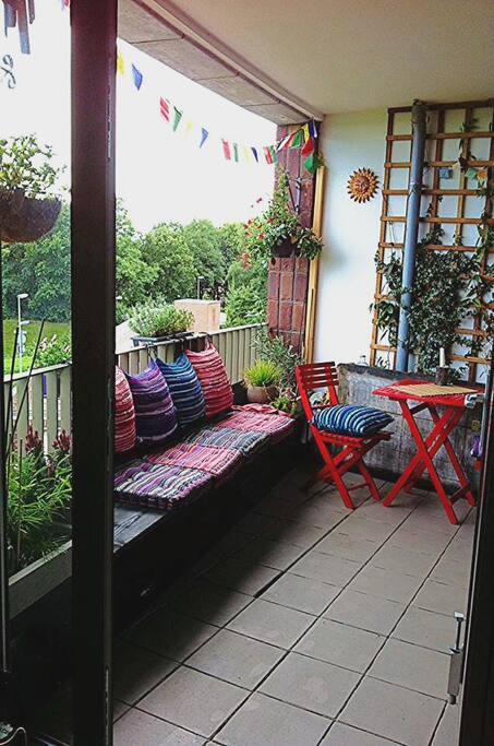 Het balkon, te bereiken vanaf de huiskamer, ook zicht vanuit de grote slaapkamer op het balkon met muurvullend grote ramen en het adembenemende uitzicht op de velden.
