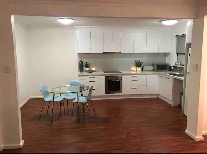 KENSINGTON - Renovated quiet 2bdrm apartment +WIFI