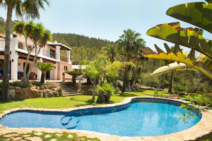 Fantastic Villa Casa Torres Carón with Pool, Wi-Fi, Air Conditioning, Garden & Terraces; Parking Available