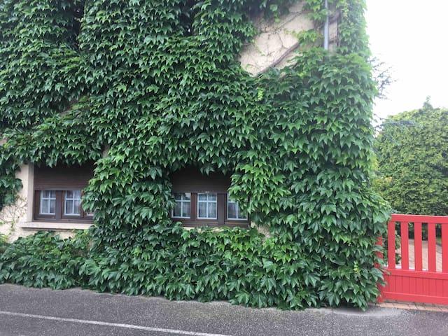 Maison accueillante dans un écrin de verdure