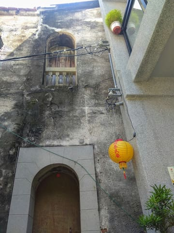 The house is located in Tainan old quarters.