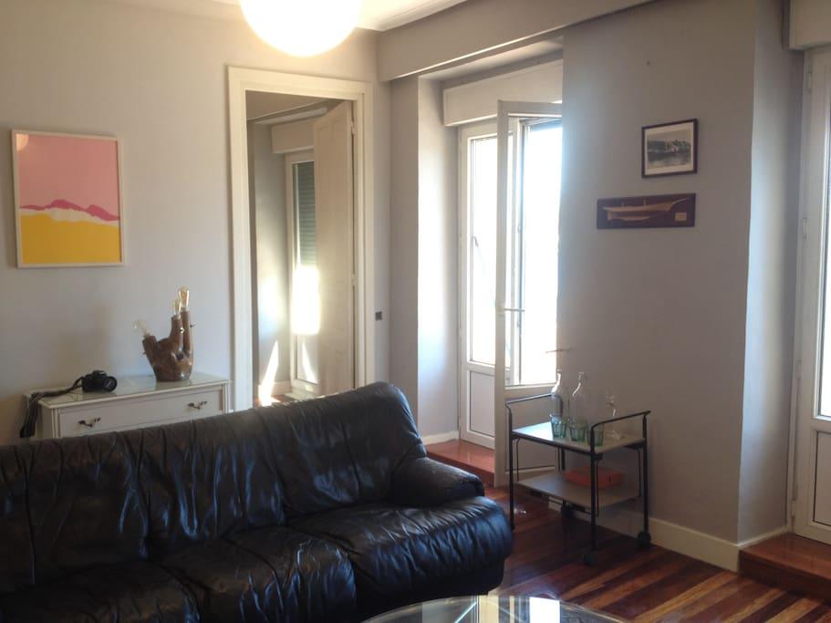 sala de estar, al fondo, puerta al estudio