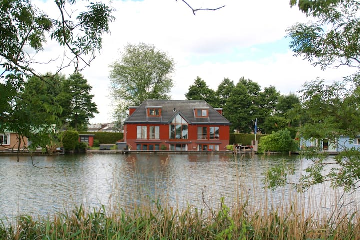 Villa with indoor pool 8 min from Amsterdam Centre