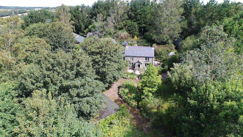 Cornish cottage with gardens, woodland & lake