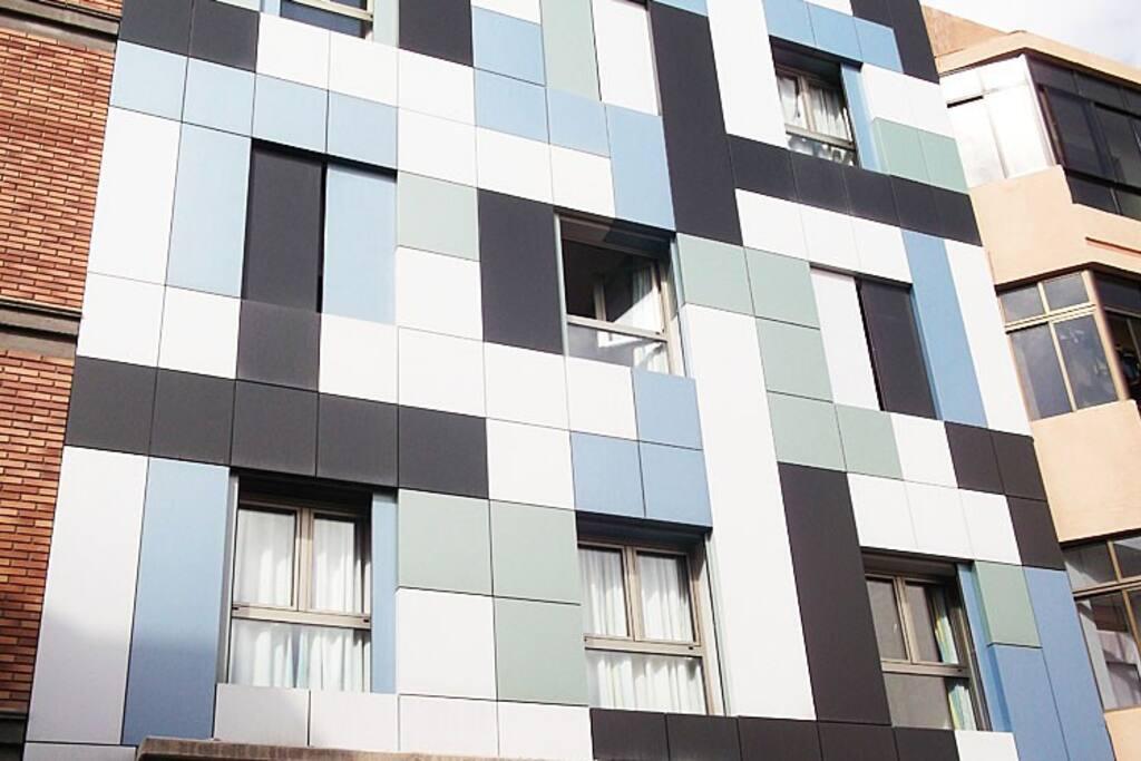 Edificio moderno y de nueva construcción