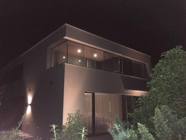 Grosse moderne Wohnung mit tollem Whirlpool