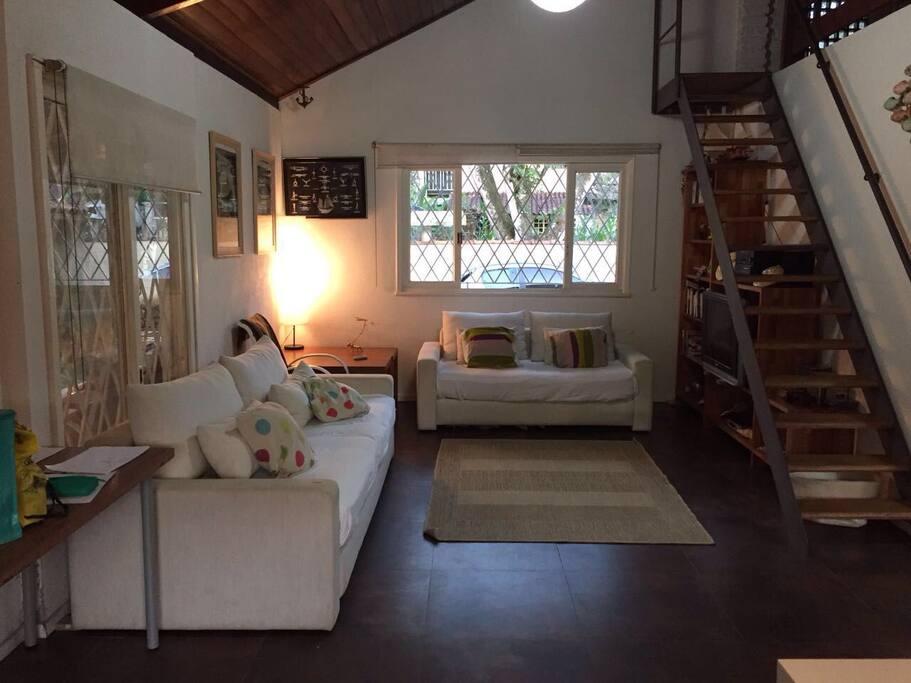 Sala com sofá ,rádio e tv.