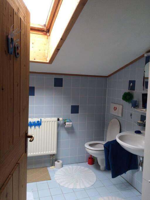 Badezimmer mit Waschbecken, Badewanne inkl. Duschvorhang, WC
