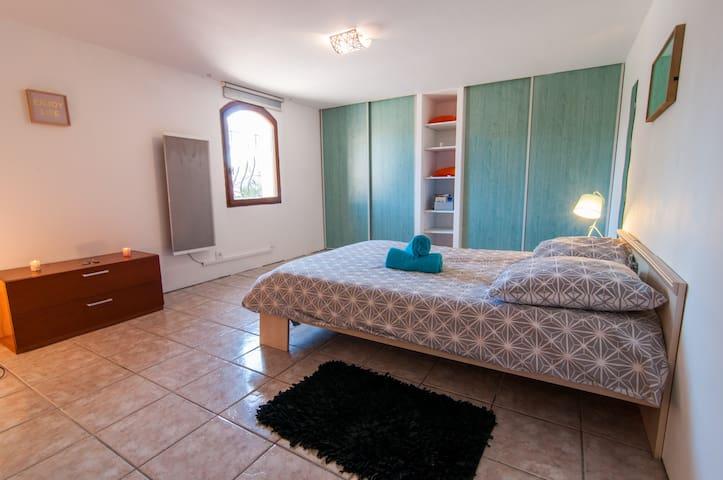 Suite privée dans villa avec piscine