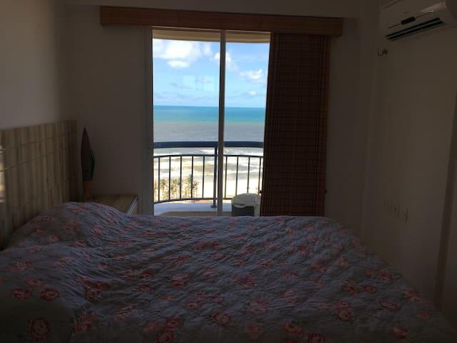 Suíte com vista para o mar e ar condicionado split. O colchão e tamanho queen, muito confortável para duas pessoa. Tem armários e gavetas, além de porta malas na parte superior do armário. E roupas de cama e banho limpos.
