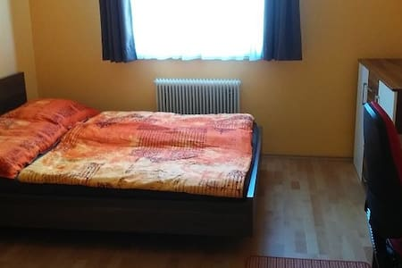 Room near station/center Linz, tram/parking/WLAN - Leonding - Huoneisto