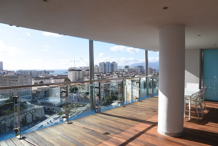 Luxury 2 bedroom with swimming pool and parking!