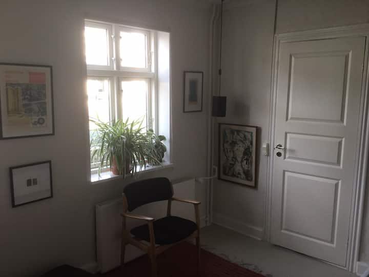Charmerende og centralt beliggende værelse i byhus