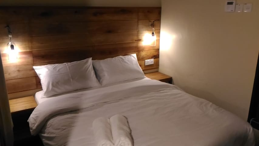 Deluxe Room : 1 Queen bed, Toilet, Aircond, TV - Banting - Guest suite