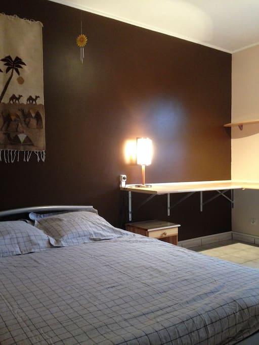 lit double neuf et grand espace de travail