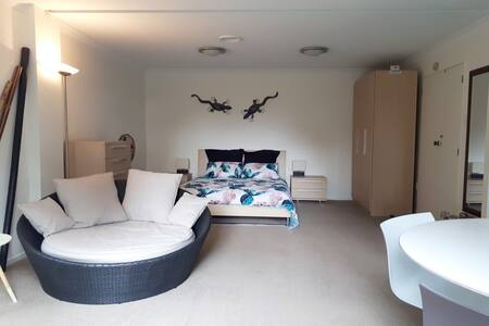 Studio with Private Bathroom, Omata, New Plymouth