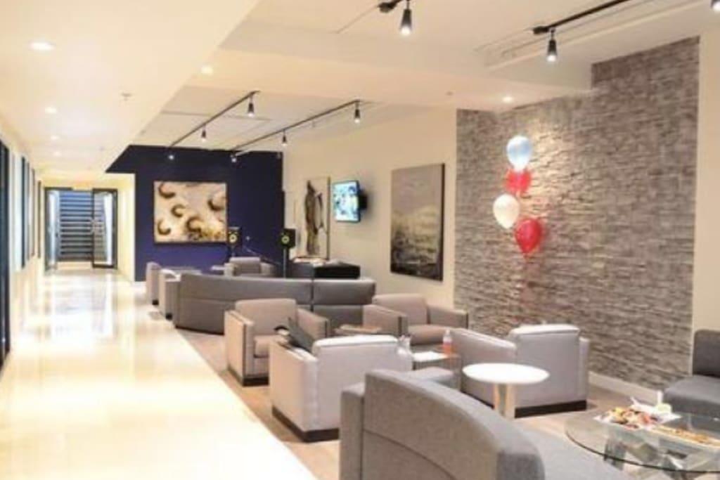 Grand salon wi-fi très tranquille et peu occupé avec télé.  Spacious wi-fi room with TV. realy quiet.