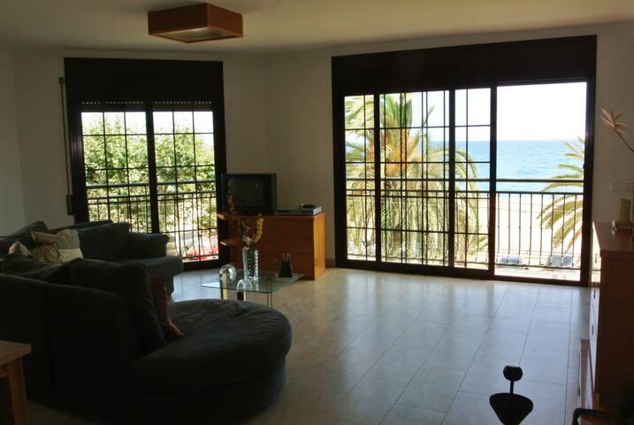 T044- Magnífico piso a primera linea de playa - Calella - Appartement
