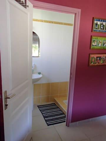 Lavabo et douche attenante à la chambre