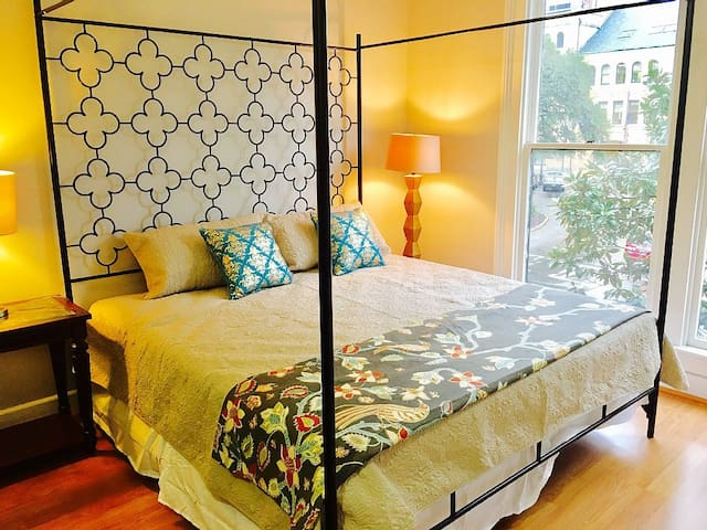 Romantic City Condo + Parking Cost COVERED