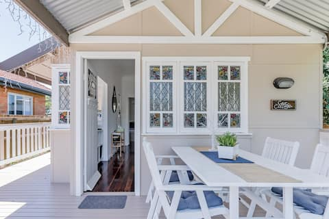 Quaint 1940s Cottage close to the Waterfront Boardwalk