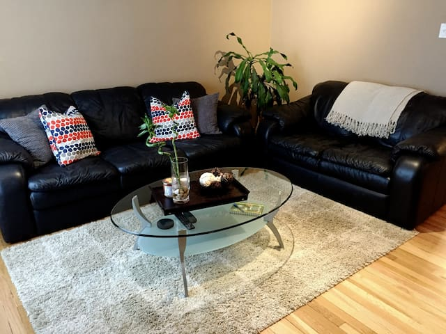 Welcoming 2 BR Furnished Home - Winnipeg - Hus