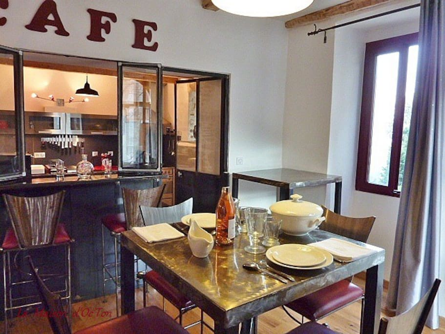 "Salle à manger avec tables en fer forgé artisanales ""mange-debout"