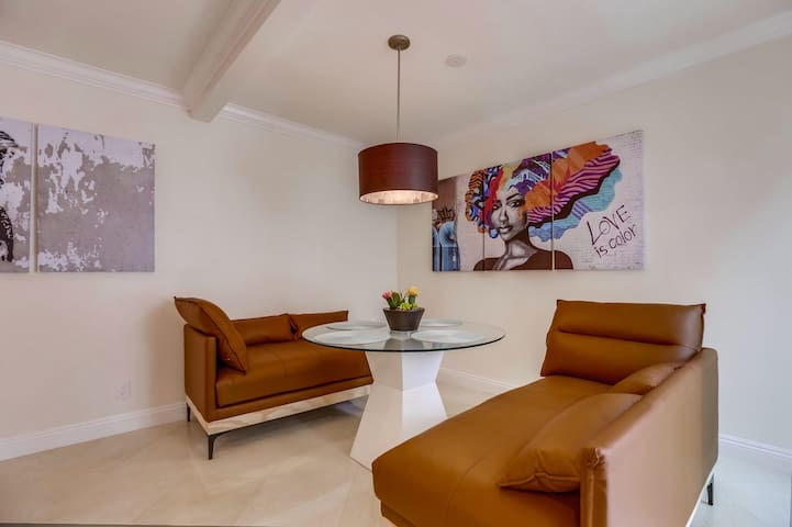 Avra House In The Heart of Brentwood