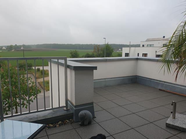 Zimmer + Dachterrasse, eigenem Bad mit Fenster