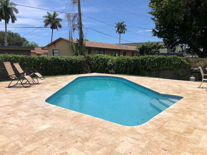 Dania Pool House: 5 min from Beach/Airport