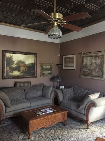 Large family room w/ gas logs