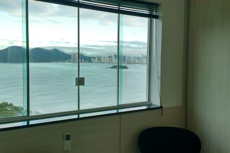 Lindo Stúdio Ótima Localização de frente ao mar..
