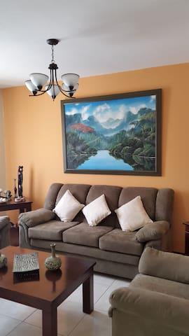 Casa con bella vista, agradable clima y mucha paz - Villa Canales - Casa