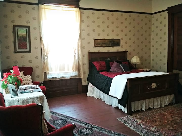 William Peter Mansion: Red Hatter's Room