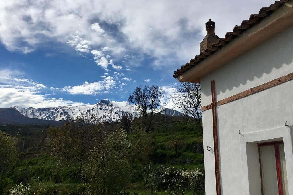 L'Etna in primavera. Dalla terrazza, si avrà l'impressione di poterla sfiorare.