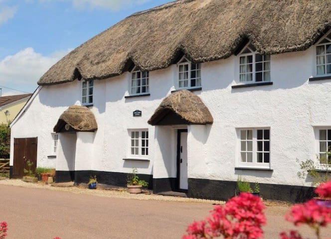 Grade 2 listed thatched country cottage. Tiverton
