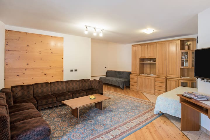 Cosy Apartment Kim with Wi-Fi, Balcony & Mountain View; Parking and Garage Available
