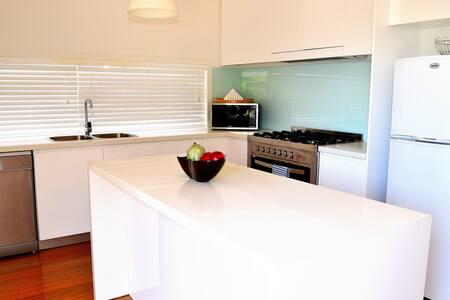 Bright, spacious, 3BRM Cottage - Williamstown - Talo