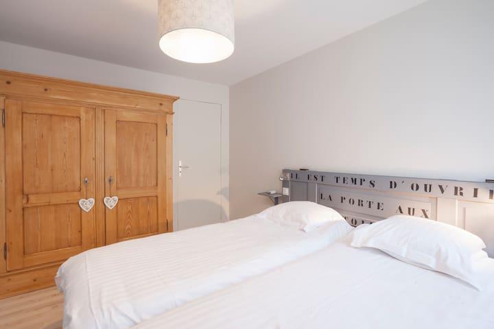 chambre 2 : 2 lits séparés 90*200 et armoire