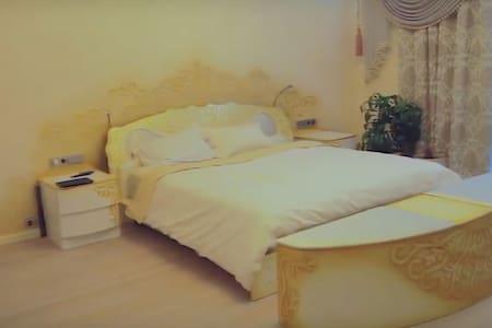 Жилье с белой спальней