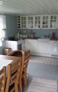 Koselig hytte i sjøkanten - Vestre Sandøya - Cabin