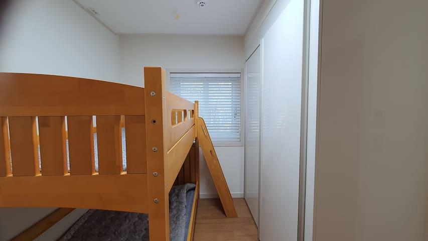 2020.12.19 스칸디아 슈퍼싱글 2층 원목 침대 설치했습니다.
