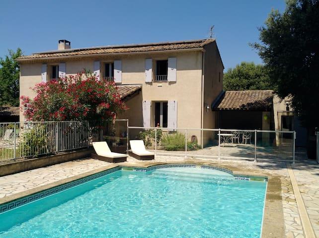Charmant studio avec piscine jardin privé