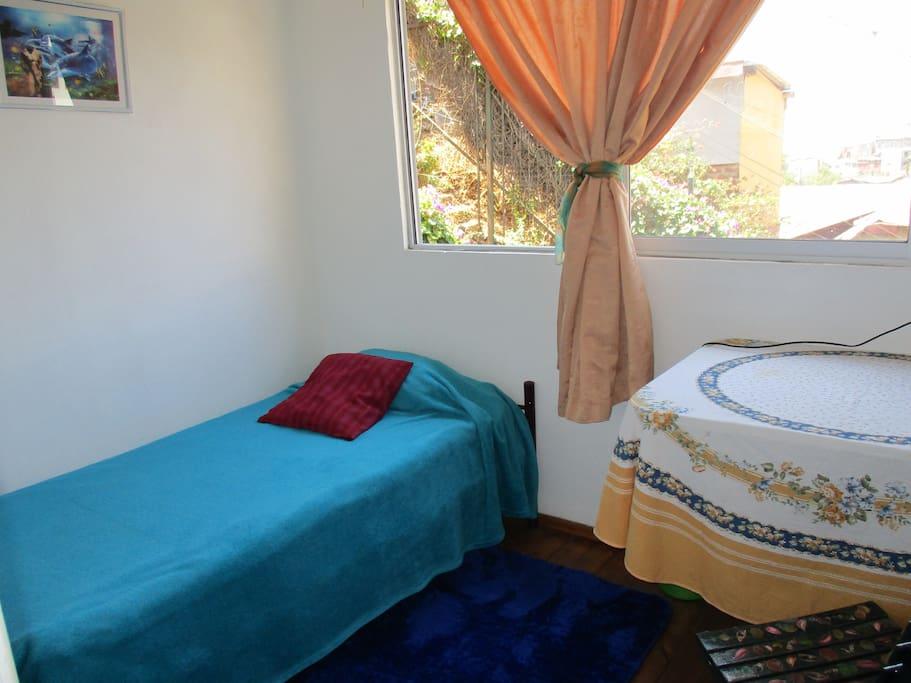 Habitación con una cama, vista al mar