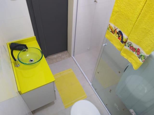 Banheiro suite, com Ducha espetacular. e Maquina de lavar e secar.